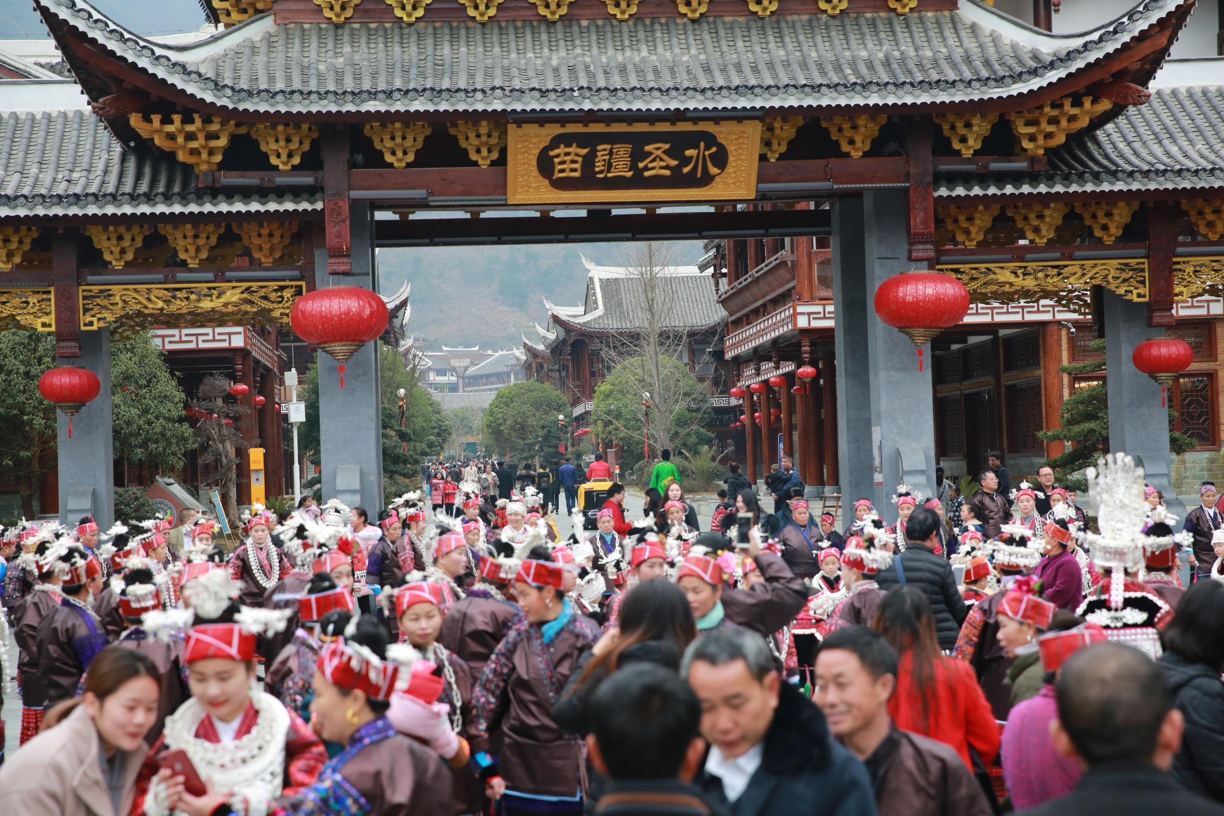 剑河温泉城春节民族文化走秀 游客爆满实现开门红